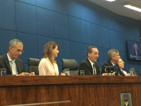 Câmara dos vereadores, com o deputado Davi Zaia, os vereadores Rossini e Von Zuben, e o cônsul honorário Alvaro Cotomacci.