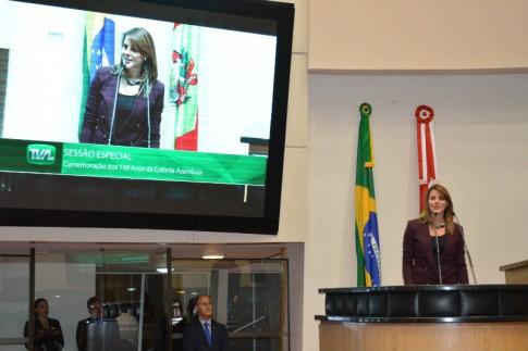 Renata Bueno faz um discurso de agradecimento à homenagem recebida. Foto: Eliana Maccari