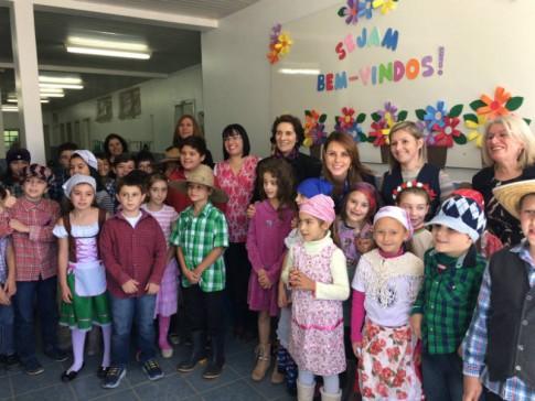 Escola João Batista Becker, com os pequenos alunos, vestidos com roupas típicas, representando seus antepassados.