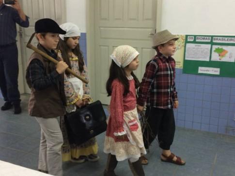 Alunos da Escola João Batista Becker, em um teatro representando a chegada dos italianos.