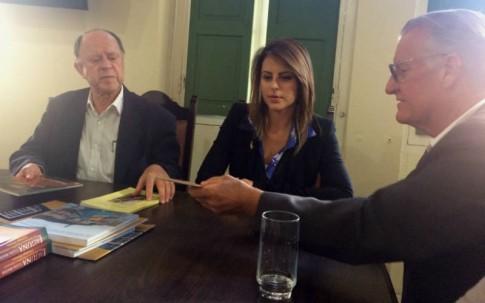 "Com o prefeito de Laguna, Mauro Candemil e o historiador Cadorin, que presenteou a Deputada com seu livro ""Annita – La guerriera delle repubbliche"""