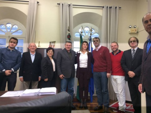 Na prefeitura de Lages, com o prefeito Ceron, autoridades e representantes da comunidade italiana