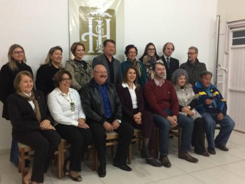 Com os associados do IHGL, o vereador Maurício Batalha e o correspondente consular, Giovani Durigon
