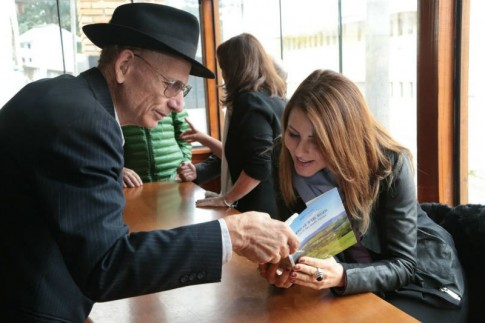 Mestre Zanella apresenta à Deputada o seu livro em Talian. Foto: Zé Rabelo
